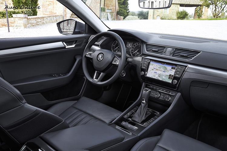 整個駕駛艙設計並不前衛,但功能齊全質感非常好,中規中矩的豪華轎車設計。