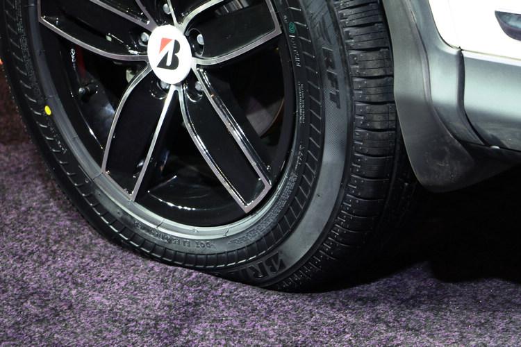 DRIVEGUARD採用第三代RFT技術,即使胎壓為0,依然可維持正常胎圓狀態,並於80km/h的速度持續行駛80km(即ISO認證之RFT標準),且可正常操駕轉向。