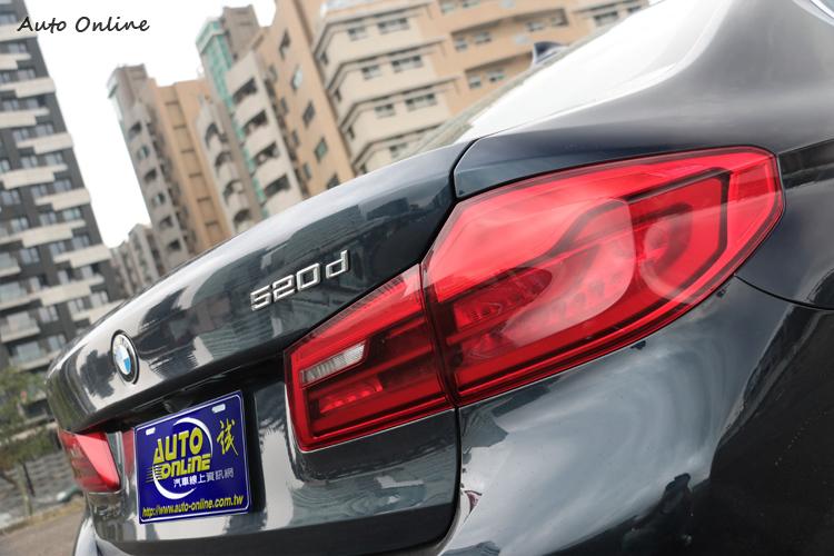 車尾有專屬520d字樣,兩邊尾燈拉大面積覺得氣派。