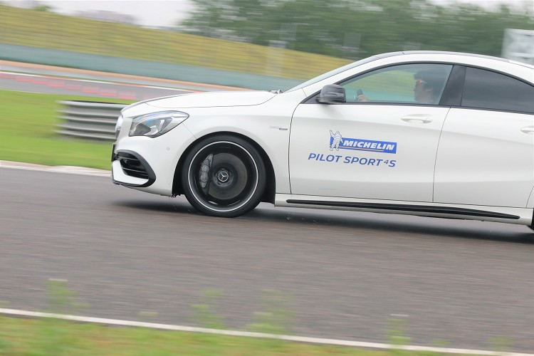 整天的試胎行程就在大雨中結束,無緣體驗Pilot Sport 4 S在乾地帶來的駕駛樂趣,卻對濕地表現留下深刻印象。