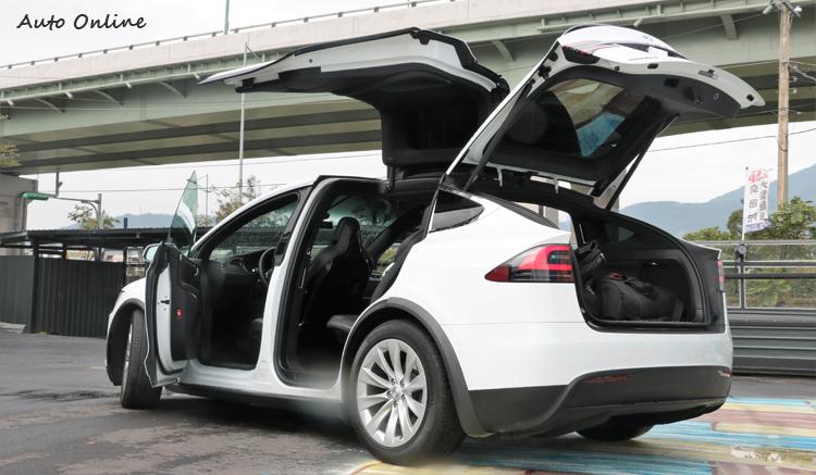 全車的門都採用電動開啟方式,使用便利又具有科技感。