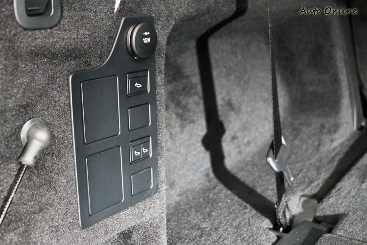 透過行李廂內的控制開關或中央觸控螢幕操作,進行電動收折與展開第二、三排座椅,若是入門車型只支援手動控制。