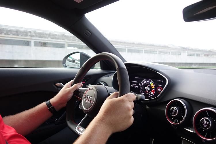 坐上教練親自駕駛的TT RS,在前直道底輕易突破190km/h才開始煞車。