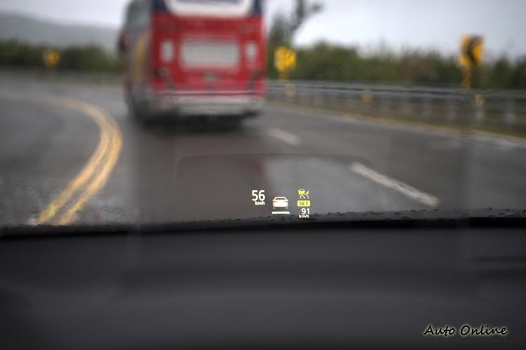 抬頭顯示幕可顯示車速及ACC等與安全相關之訊息。