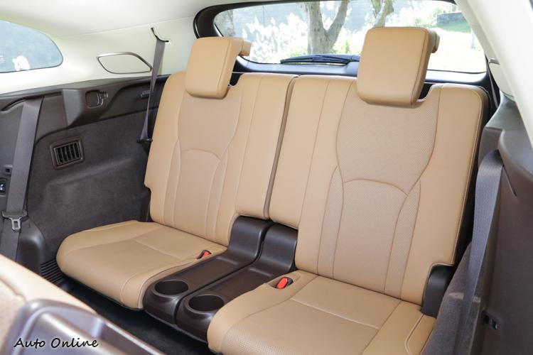 專屬杯座、空調出風口之外,第三排也有基本的側邊扶手可用。