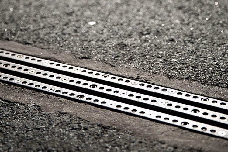 電軌的高度與道路切齊,不至於對汽機車造成影響。