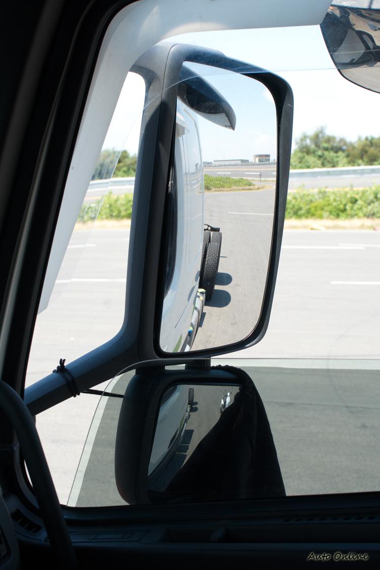 以為機車就在大貨車右後方,用後視鏡就可以看得到嗎?答案是...看不到!