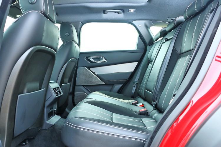 後左有獨立出風口但沒有溫度可控制,椅背可以做適度的電動角度調整。