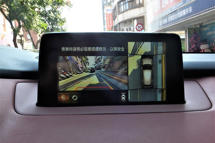 運用車頭、車側及車尾的攝影機,即時提供360°環景影像,通過小巷或者停車再也不懼怕。