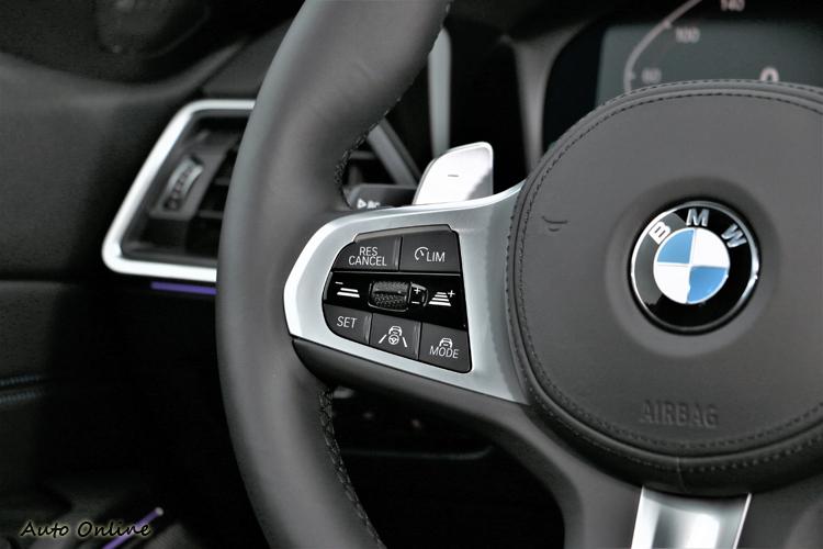 BMW Personal CoPilot智慧駕駛輔助科技支援主動跟車、車道維持等便利系統,操作介面在方向盤左側。