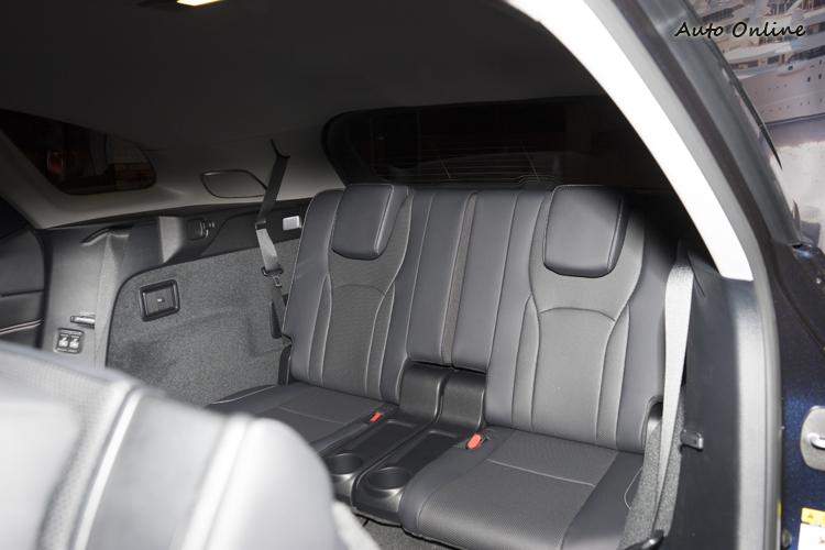 長軸版六人座車型第三排座椅可電動調整前後位置與隱藏收折。