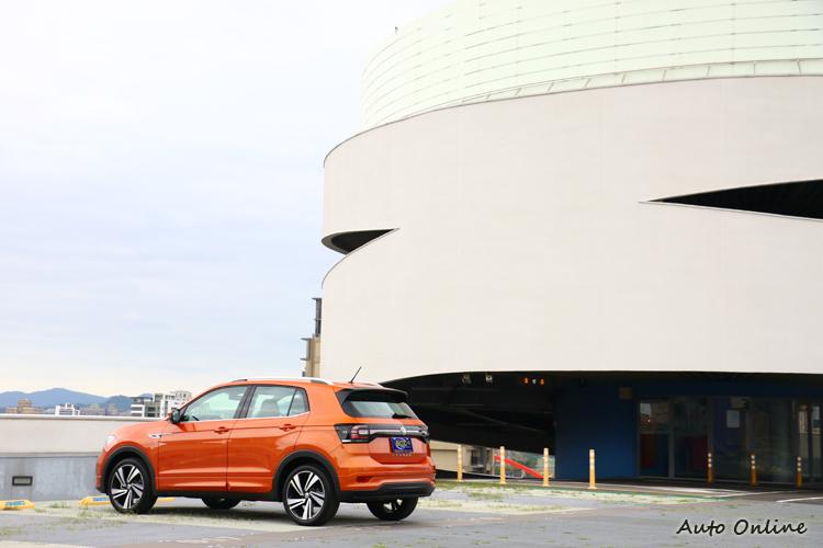 運用亮眼車色來吸引到目光,像是橘色、綠色等搶眼色調。