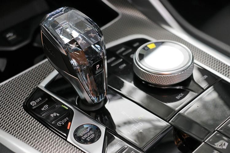 中央鞍座上的水晶套件,特別強調出大器格調外更突顯出豪華感。