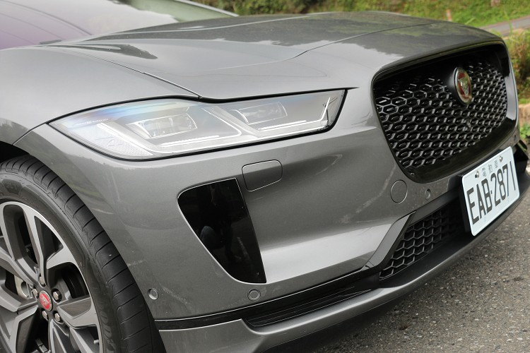 車頭線條銳利,無須擔心散熱問題,頭燈採高檔的LED光源。