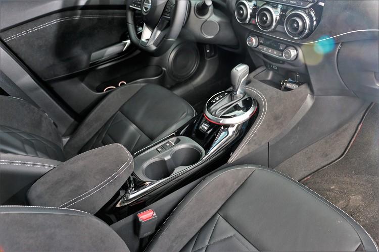 加價選購J-Luxury奢華套件包含皮革、麂皮包覆中控台,可媲美豪華進口跑車質感。