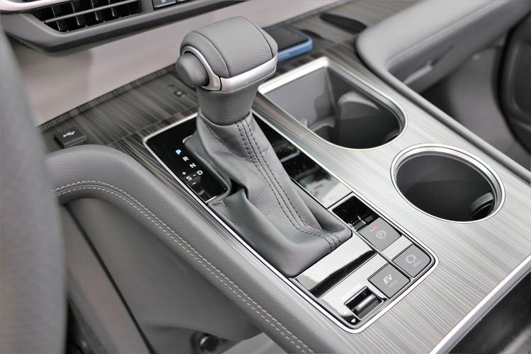無段變速箱提供順暢加速,支援多種行車模式供駕駛選擇。