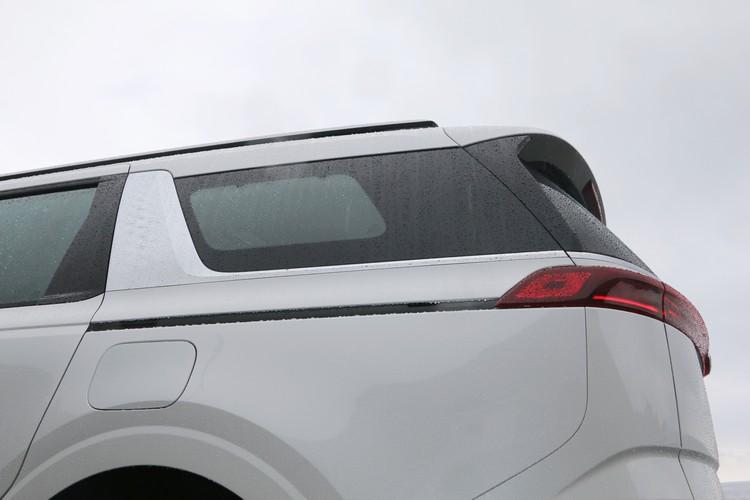 C柱上的類金屬飾板,以及搭配懸浮式車頂設計,都讓整體外觀更有辨識度。