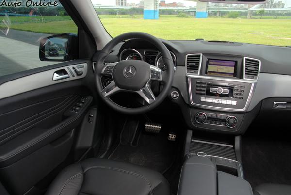 全新世代的M-Class在內裝的設計上以穩重大方及高貴典雅為設計方向,有著新世代M-Benz房車設計的影子。