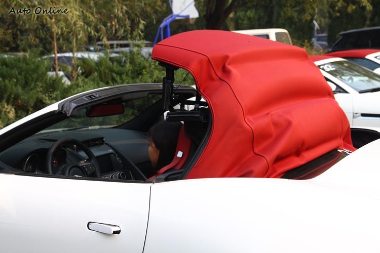 頂篷可選用其他顏色,內部都會有特殊隔音隔熱處理。