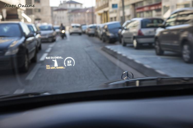 HUD投影儀表將導航等資訊投射在前擋風玻璃上。