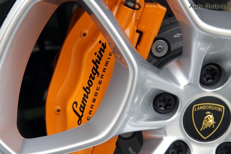 前六後四活塞卡鉗的配置,讓它100kph-0煞車距離比Gallardo還要短,只需31.9m。