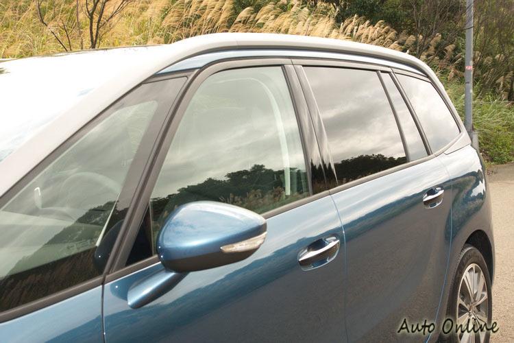 車側一道沿著車頂向後再折回線條相很有設計創意
