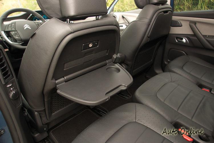 前排座椅背的小餐桌方便後排乘客放置食物或物品