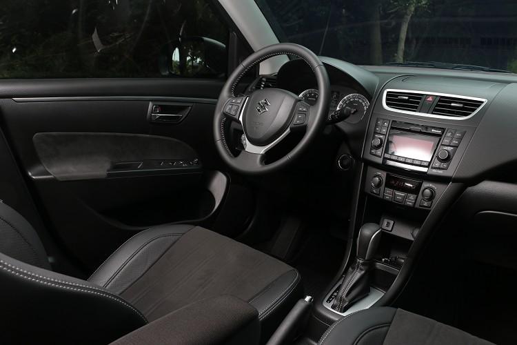 車內座椅與門飾板,利用真皮與麂皮兩種材質來符合2 Tone,座椅縫線也刻意換上亮色系來與車身雙色搭配。