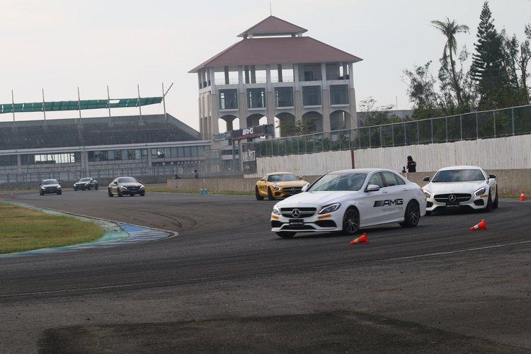 「賽道跟車」則是最受期待的行程,有機會體驗各型猛獸全力加速時的威力。