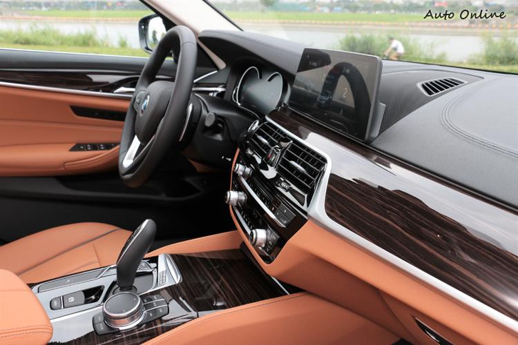 內裝陳設與之前試過的530i無任何差異,只有飾板氛圍的表現大有不同。