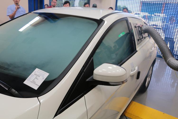 車輛在氣密稽核實驗室中,會以管路進行灌氣或抽氣,透過壓力平衡的過程來觀察氣體的流量,藉以查出洩漏位置是否不合理,作為改善參考。