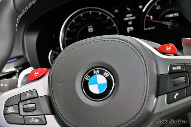 方向盤上有M1與M2兩個快捷鍵,駕駛者透過自訂選單來改變車輛靈魂。