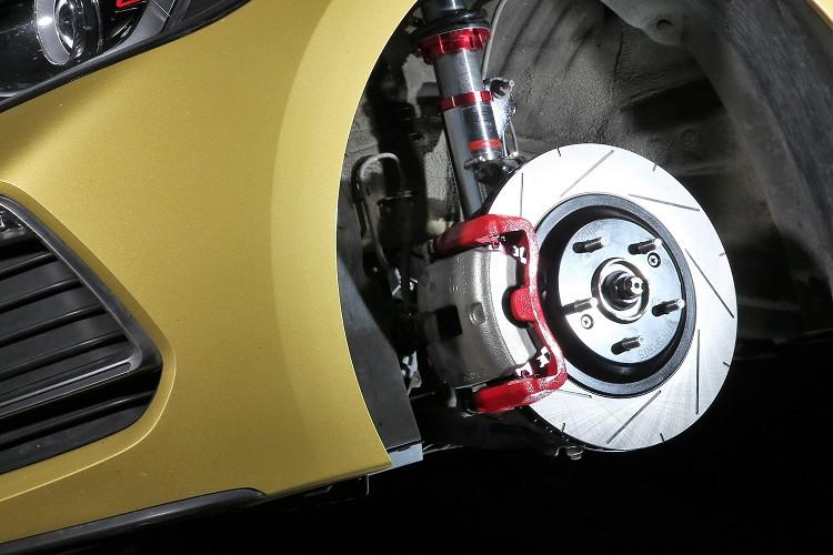 前輪換上VTTR加大碟與高階來令片,透過更大的力矩與摩擦係數,增加煞車性能並降低熱衰退的可能性。