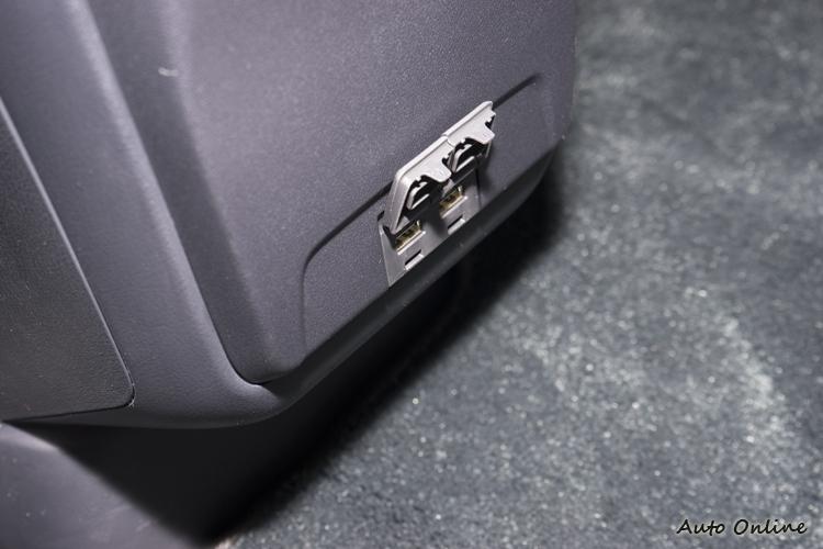 後座也有兩個USB插槽。