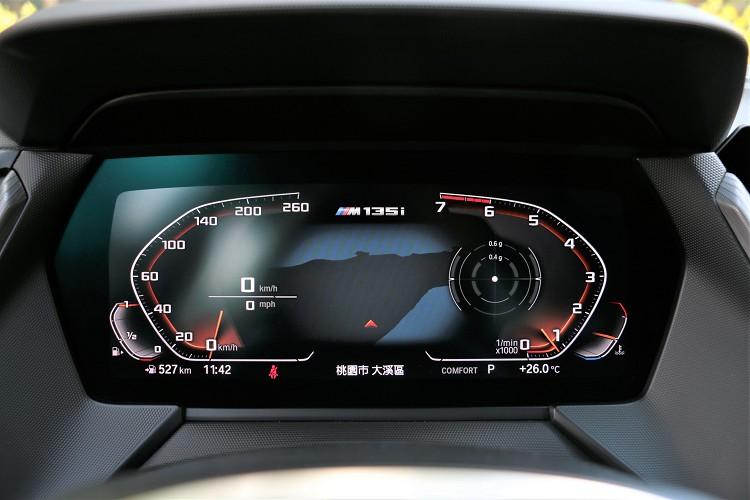 10.25吋數位儀表板在不同模式下樣貌不同。