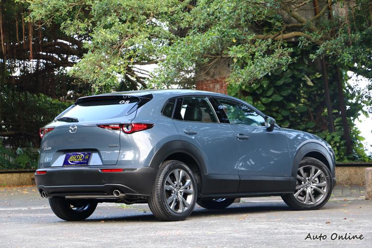 CX-30以S型車身光影線條呈現罩這家日系品牌重視美學的造車理念。