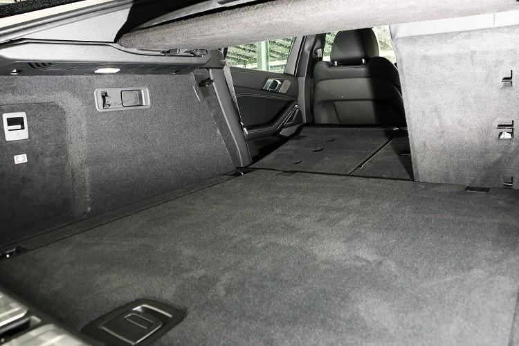 行李廂空間沒有X5來得到,卻也支援40/20/40椅背傾倒,可換得更大置物容積。