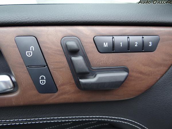 中控鎖、座椅調整與記憶依然是在車門上,賓士經典配置。