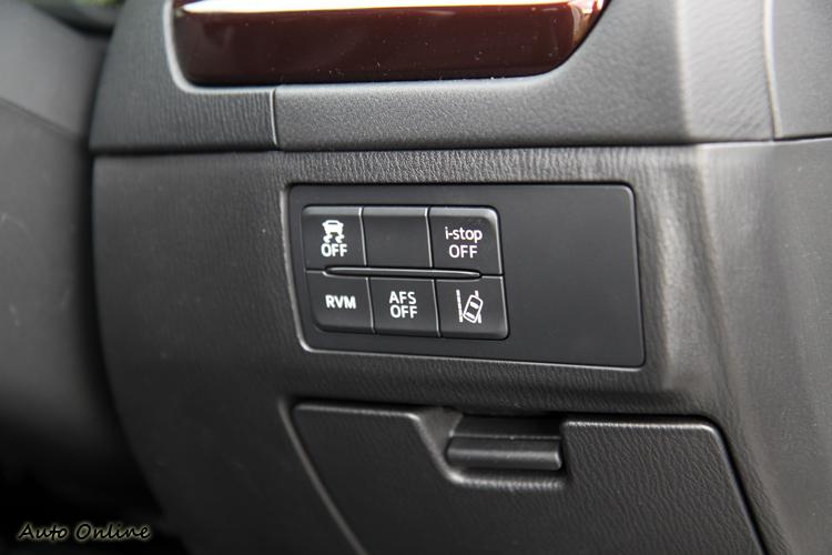 儀表板下方有,車道偏移系統、自動熄火以及變換車道後方警示系統的開關。