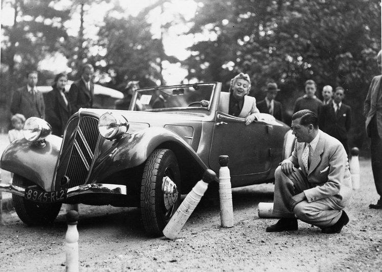瑞士公主Myno Burney在1938年駕駛7C參加金卡納競賽,旁邊蹲著的是當時知名演員Albert Préjean正在幫她數倒掉的障礙筒。