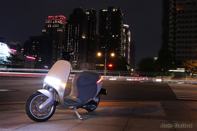 獨特的頭尾燈設計,讓SmartScooter在夜晚顯得格外亮眼。