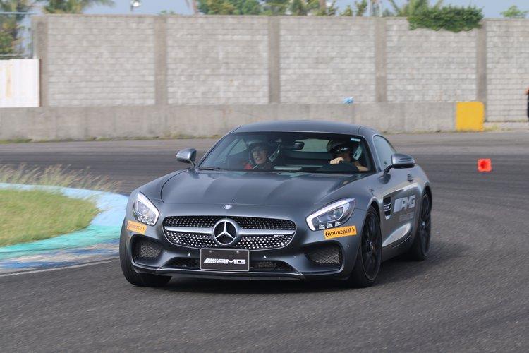 被F1車手載著跑賽道的機會難得,可不是人人都遇得到,嘴角豈能不失守?