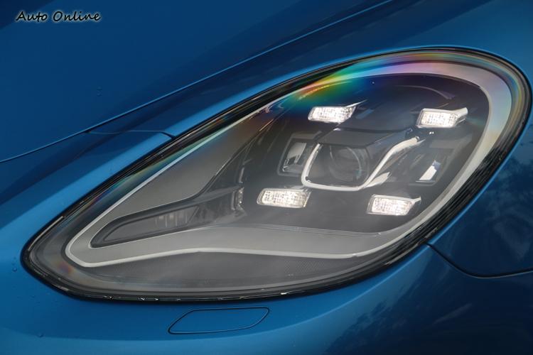辨識度極高的四點式日間行車燈已經成為Panamera的標準配備。