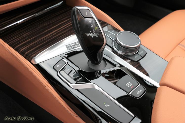 中央鞍座上設置攸關行車的開關,位置方便就手,符合人體工學。