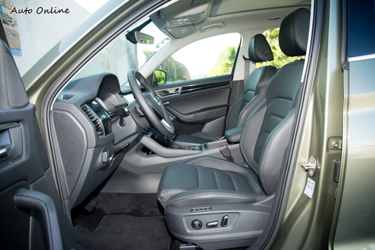 座椅提供電動調整,頭部空間相當充裕。