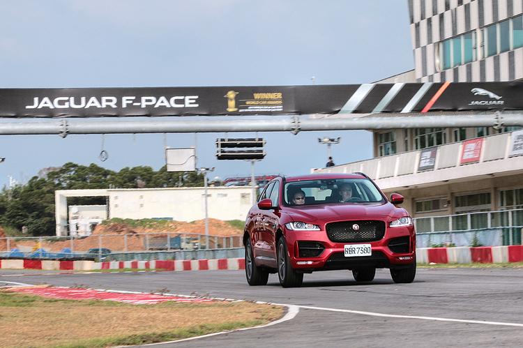 F-Pace R-Sport 25t RWD在全力加速時轉速攀升相當迅速,推力湧現明顯,擁有一般SUV所沒有的跑車性格。