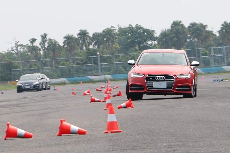 繞椎是最簡單有效的操控訓練,也能看出不同車款之間的底盤特性。