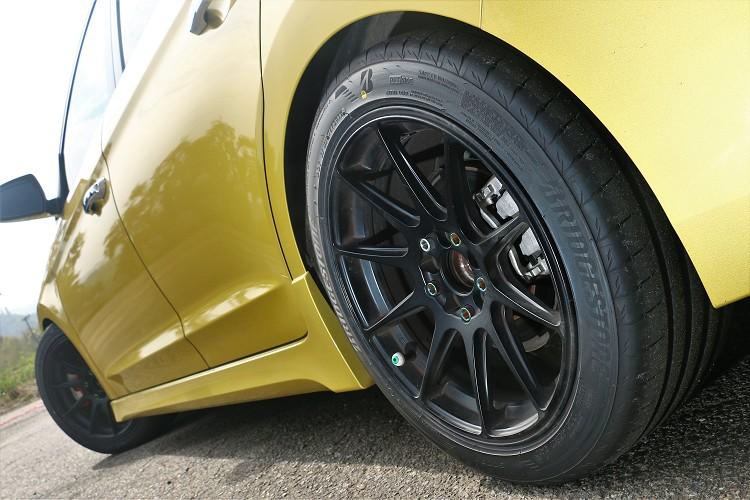 換上XXR的17吋8.25J鋁圈,搭配上普利司通RE007A的225/45R17性能輪胎,可以完整的把225mm的輪胎胎面撐起來。