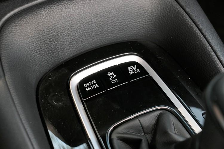 行車模式及EV模式按鍵在排檔前方。