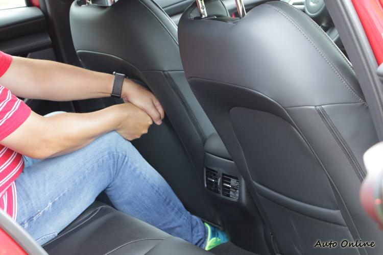 後座膝部空間不會感覺侷促,同時還配備專屬空調出風口。